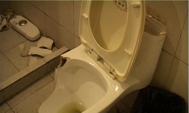 16日上午,南京盐仓桥附近一宾馆内,一名男顾客在退房时与宾馆方发生纠纷,原因是工作人员查房时发现马桶碎了一地,要求顾客赔偿。顾客说,当时滑了一跤弄碎了马桶,自己也没有受伤。而宾馆认为不可能是这样的原因,肯定是顾客站在马桶沿口上如厕将桶体踩碎。宾馆的猜测,顾客没有否认,最终赔了宾馆150元。 当天早晨7点多钟,警方接到盐仓桥某宾馆服务员报警称,一名男顾客在15日晚入住,早晨退房时,工作人员发现马桶损坏严重,已报废。他们怀疑该顾客使用不当造成了物损。民警赶到现场时,顾客方先生当时入住的客房卫生间内坐便式马桶碎