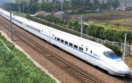 6月21日,端午小长段第二天,位于长三角的上海铁路局客流平稳,预计当天该局发送旅客将超过150万人,比平时略高。   今天合肥站前往北京方向的高铁车票基本售完,14点以后前往上海、汉口方向的高铁车票较为紧张;南京站前往北京方向车票基本售完,10:00-18:30间前往杭州方向的高铁车票较为紧张;上海站京沪高铁午后起票额较少,其余各方向票额充足。如果旅客买不到票,可考虑接续出行。比如南京到北京,可以从南京先到天津,再换乘天津到北京的C字头城际列车出行。   今天是端午小长假最后一天,铁路将迎来返程客流