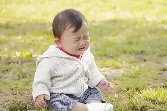 千万别忽视宝宝摔跤!9个月女婴摔下床3天后死亡