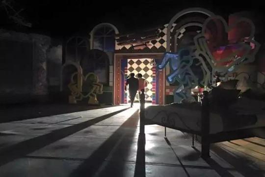 """《康熙来了》已于昨天结束了12年来最后一期节目的录制,2016年告别这个华语类最长青综艺节目已经板上钉钉。这两天最刷屏也最赚泪的照片就是上图,制片人詹仁雄po的工作人员所摄花絮照。最后一期,场灯全暗,这两位陪伴了我们12年,也跟我们一起成长的主持人做最后一次退场,简易的板儿门晃晃拉开,对面的灯光拉长了他们的身影,背后洒落的是我们过去嬉笑怒骂的回忆,就这么结束了。关于这个节目,多煽情的话都能说得出来,因为本人是它的铁粉,也曾在上月洋洋洒洒走心的写过那么一段,但今天还是聊点干货,下午翻了一圈""""康"""